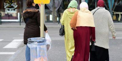Unas mujeres cruzan una calle en el distrito bruselense de Molenbeek el 18 de octubre de 2016 Foto:Emmanuel Dunand/afp.com