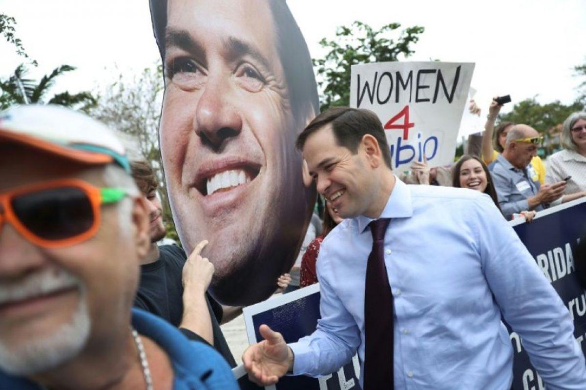 El senador republicano por Florida Marco Rubio (D) saluda a varios simpatizantes en su visita a un centro de votación anticipada en Miami, el 31 de octubre de 2016 Foto:Joe Raedle/afp.com