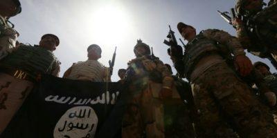 Unos soldados iraquíes muestran una bandera del Estado Islámico mientras toman posiciones en el frente el 9 de abril de 2016 en Jarbardan, durante una operación para arrebatarle al grupo yihadista el control de la provincia de Nínive Foto:Safin Hamed/afp.com