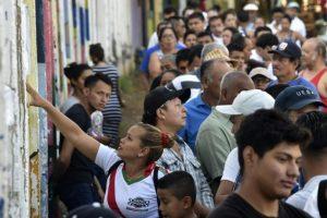 Una mujer busca su nombre en un listado del censo en un colegio electoral este domingo 6 de noviembre en Managua Foto:Rodrigo Arangua/afp.com