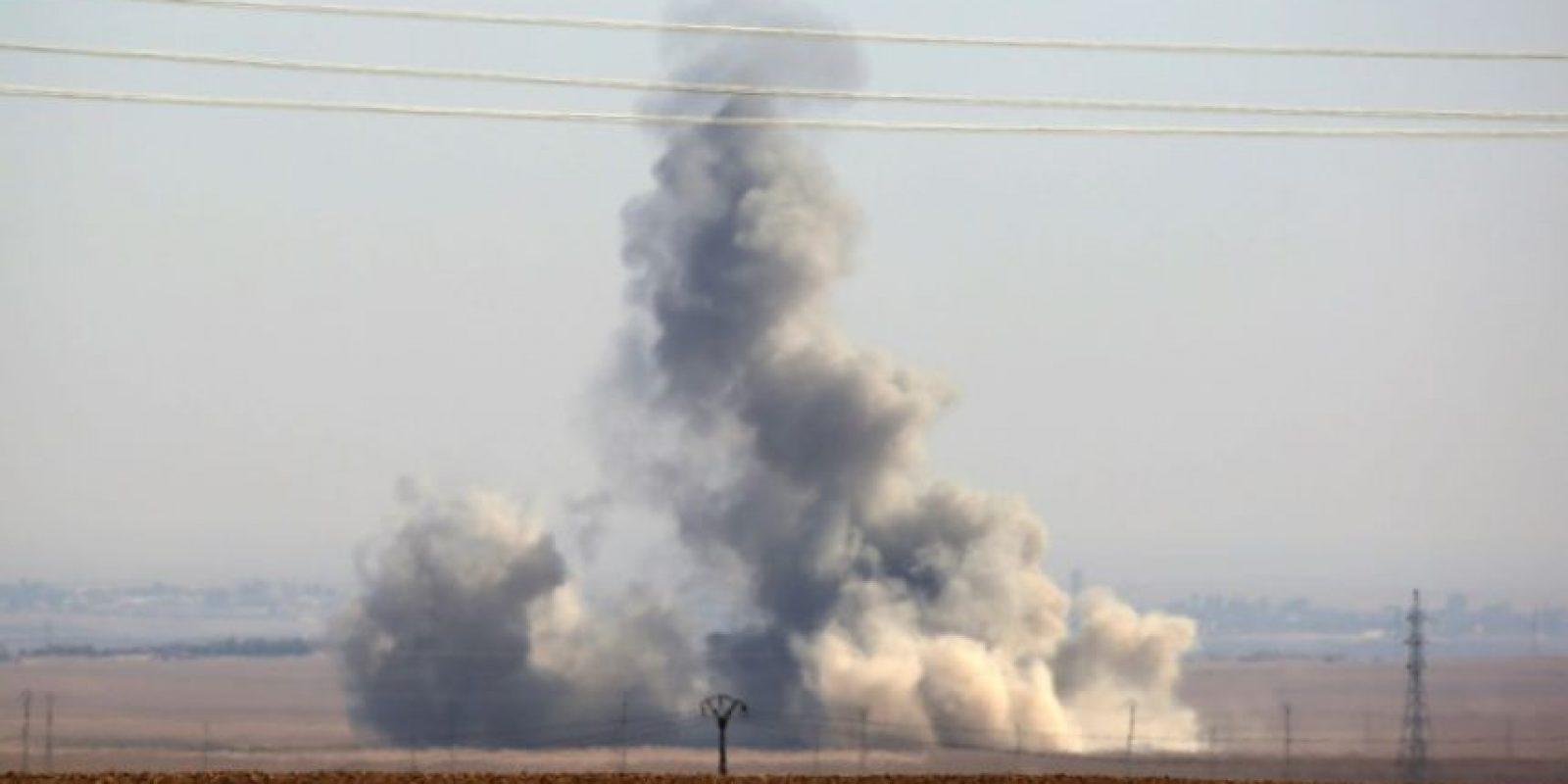 Una columna de humo fotografiada el 7 de noviembre de 2016 desde una posición de las Fuerzas Democráticas Sirias, una alianza kurdo-árabe apoyada por EEUU, en la localidad de Abu Al Ilaj, al norte de Raqa Foto:Delil Souleiman/afp.com