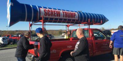 Unos partidarios del candidato presidencial republicano, Donald Trump, rodean un vehículo conducido por un manifestante fuera de un mitin en Hershey (Pensilvania, EEUU) el 4 de noviembre de 2016 Foto:Michael Mathes/afp.com