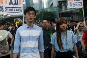 Los diputados independentistas Baggio Leung (I) y Yau Wai-ching (D) marchan durante una portesta en Hong Kong el 6 de noviembre de 2016 Foto:Isaac Lawrence/afp.com