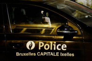 La policía lleva a cabo una operación en el distrito bruselense de Molenbeek-Saint Jean el 18 de marzo de 2016, en el marco de la investigación de los atentados yihadistas de París Foto:Dirk Waem/afp.com