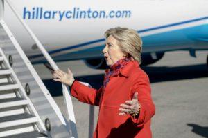 La candidata demócrata a la presidencia de EEUU, Hillary Clinton, habla con la prensa antes de su subir en su avión el 7 de noviembre de 2016 en el aeropuerto del condado de Westchester, en White Plains, Nueva York Foto:Brendan Smialowski/afp.com