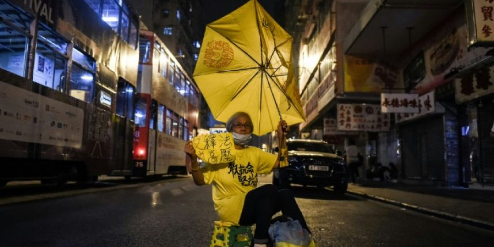 Una persona se manifiesta con un paraguas amarillo, símbolo de la protesta prodemocrática frente al poder del régimen de Pekín, este lunes 7 de noviembre en una calle de Hong Kong Foto:Anthony Wallace/afp.com
