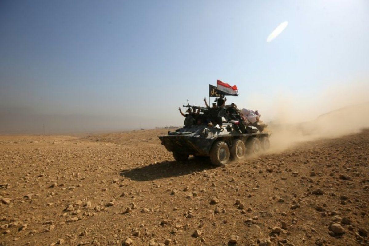 Un vehículo blindado de las fuerzas iraquíes avanza hacia Hamam al Alil, al sur de Mosul, el domingo 6 de noviembre Foto:Ahmad al Rubaye/afp.com