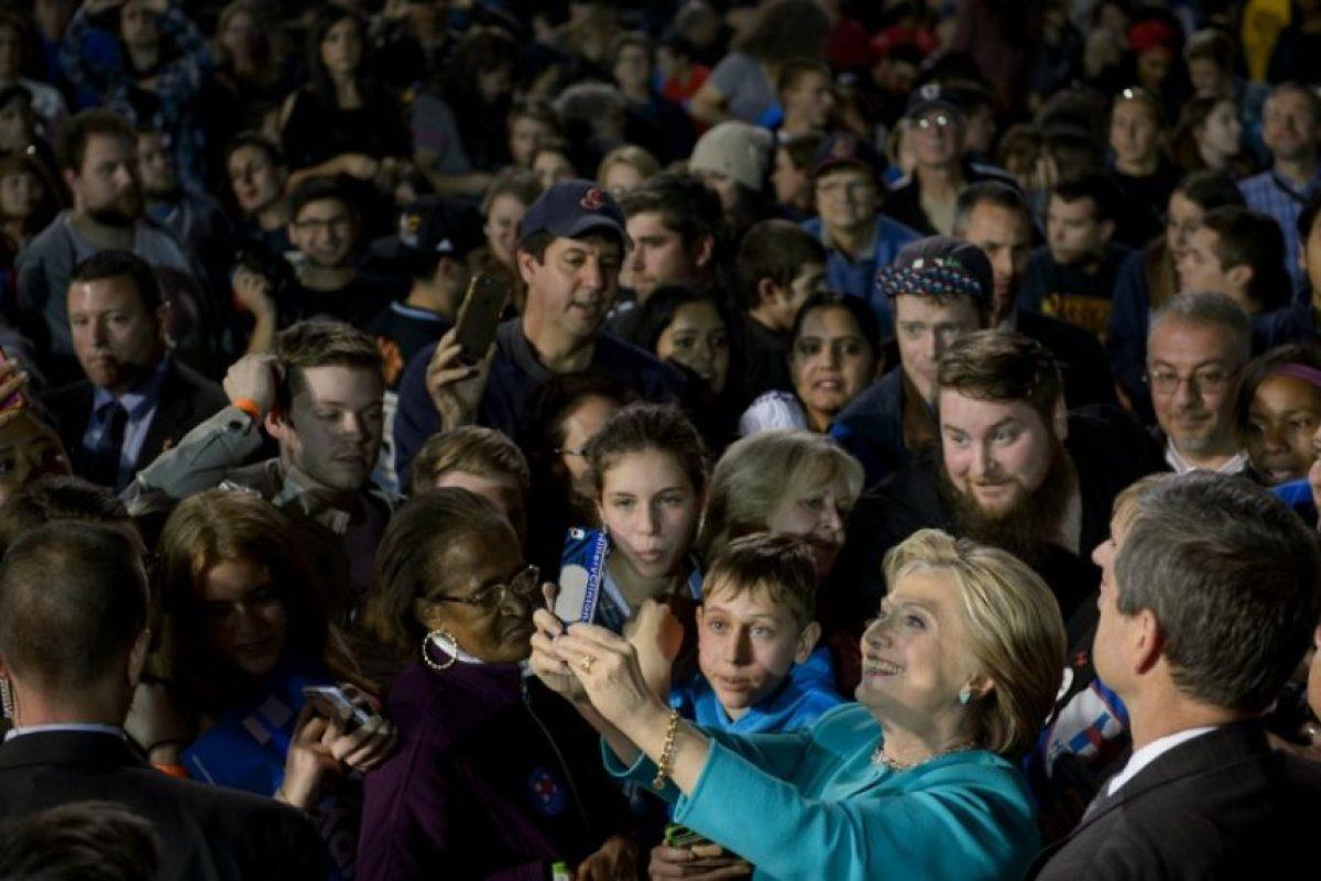 La candidata demócrata Hillary Clinton se toma una selfie con partidarios durante un acto de campaña en Cleveland el 6 de noviembre de 2016 Foto:Brendan Smialowski/afp.com