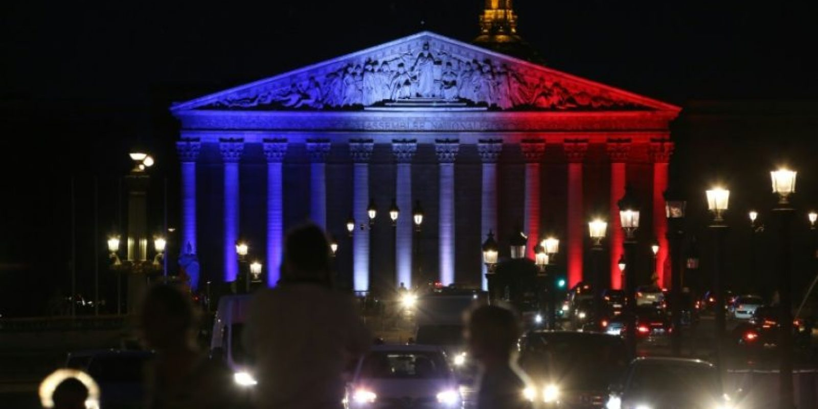 La Asamblea Nacional francesa, en París, iluminada el 26 de julio de 2016 con los colores de la bandera nacional como tributo a las víctimas del ataque contra una iglesia en Saint Etienne du Rouvray, reivindicado por el grupo Estado Islámico Foto:Ludovic Marin/afp.com