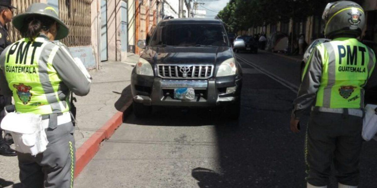Exalcaldesa es multada por tapar las placas de su vehículo y estacionarlo frente al Congreso