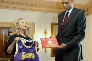 Varias son las figuras del deporte que han hecho pública su preferencia por uno de los candidatos. Kareem Abdul-Jabbar lo hace por Hillary Clinton. Foto:AFP