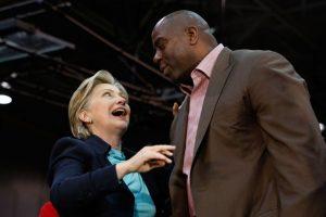 Varias son las figuras del deporte que han hecho pública su preferencia por uno de los candidatos. Magic Johnson lo hace por Hillary Clinton. Foto:AFP