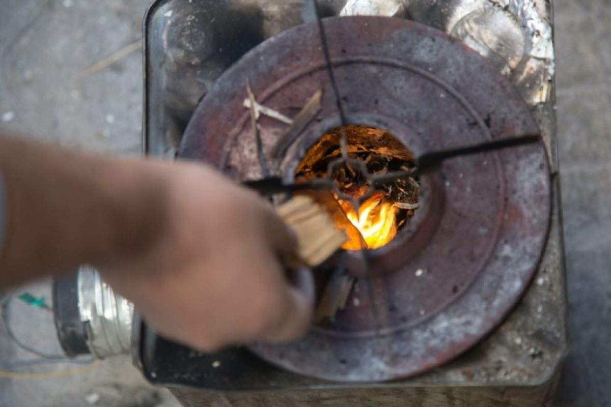 El aparato de cocina que funciona con leña ideado por Jaled Kurdiyé, fotografiado el 31 de octubre de 2016 en el asediado barrio de Karam Al Jabal, en Alepo Foto:Karam Al Masri/afp.com