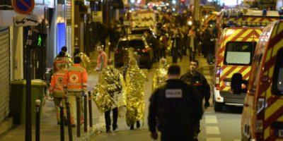 Varias personas son evacuadas por la calle Oberkampf de París, cercana a la sala de conciertos Bataclan, uno de los blancos de los atentados yihadistas, el 14 de noviembre de 2015 Foto:Miguel Medina/afp.com