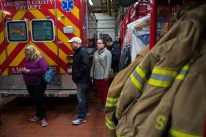 Unos electortes aguardan su turno para votar en las elecciones presidenciales de EEUU el 8 de noviembre de 2016 en un parque de bomberos en Arlington, Virginia Foto:Andrew Caballero-Reynolds/afp.com