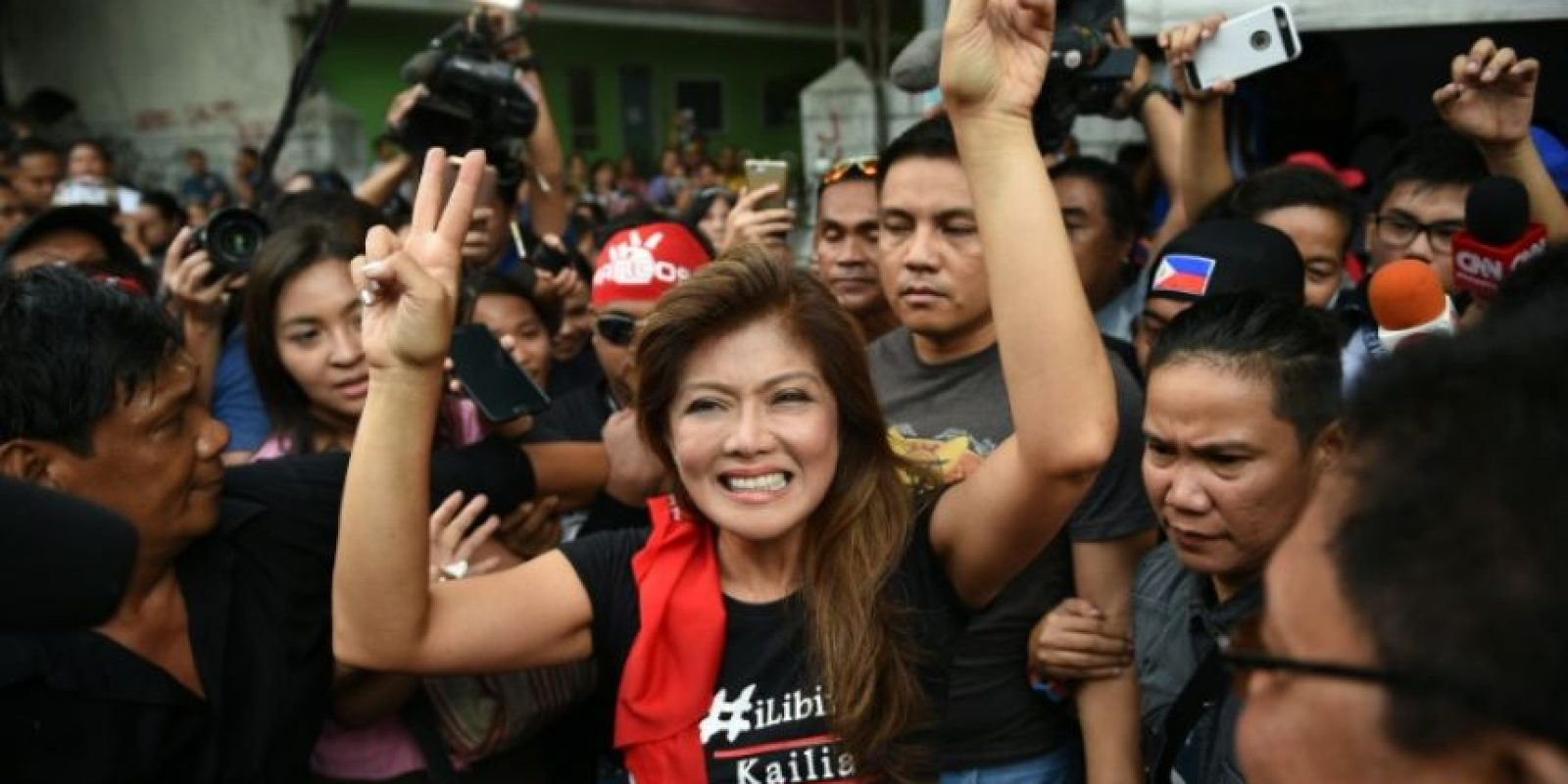 Imee Marcos, hija del fallecido dictador Ferdinand Marcos, celebra la decisión judicial en una concentración de simpatizantes frente a la Corte Suprema de Filipinas, este martes 8 de noviembre en Manila Foto:Ted Aljibe/afp.com