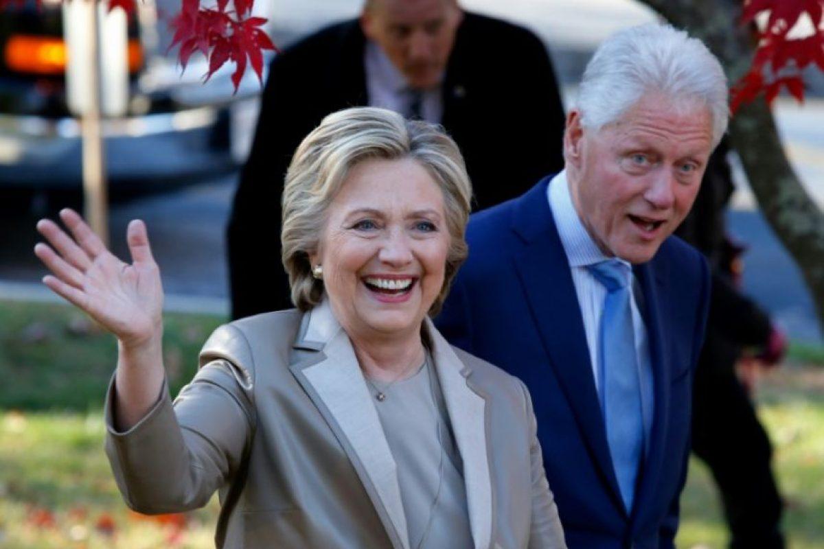 La candidata demócrata a la presidencia de EEUU, Hillary Clinton, y su marido, Bill, saludan tras votar en Chappaqua, Nueva York, el 8 de noviembre de 2016 Foto:Eduardo Muñoz Álvarez/afp.com