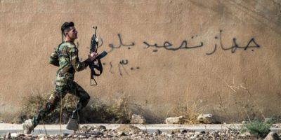 Un combatiente peshmerga corre hacia su posición al penetrar las fuerzas kurdas en la ciudad iraquí de Bashiga, el 8 de noviembre de 2016 Foto:Odd Andersen/afp.com