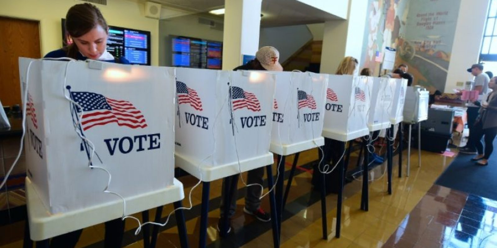 Ciudadanos estadounidenses votan en las elecciones presidenciales el 8 de noviembre de 2016 en Santa Monica Foto:Frederic J. BROWN/afp.com