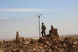 Un miembro de las Fuerzas Democráticas Sirias (FDS) en Abu al-Ilaj, a 5 km de Ain Issa, unos 50 km al norte de Raqa, en Siria Foto:Delil Souleiman/afp.com