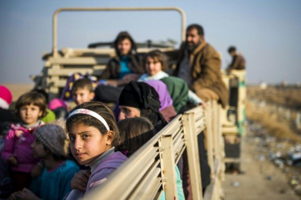 Unos desplazados iraquíes viajan en la parte trasera de un camión en la localidad de Shaqouli, 35 kilómetros al este de Mosul, el 8 de noviembre de 2016 Foto:Odd Andersen/afp.com