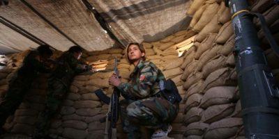 Una combatiente iraní del Partido de la Libertad de Kurdistán, en una posición cerca de la ciudad de Bashiqa, situada a 25 km de Mosul, durante una operación contra el grupo Estado Islámico, el pasado 6 de noviembre al norte de Irak Foto:Safin Hamed/afp.com