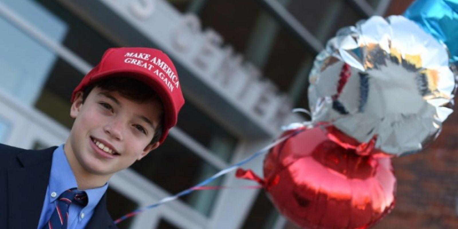 James Fiore luce una gorra con el lema de campaña del candidato republicano a la presidencia de EEUU, Donald Trump, al acompañar a su madre a votar el 8 de noviembre de 2016 en Greenwich, Connecticut Foto:Timothy A. Clary/afp.com