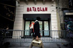 Un transeúnte pasa el 1 de noviembre de 2016 por delante de la sala de conciertos Bataclan de París, uno de los blancos de los atentados yihadistas del 13 de noviembre de 2015 Foto:Philippe López/afp.com