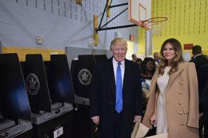 Donald Trump y su esposa, Melania Trump, ejercieron su derecho al voto en una escuela de Manhattan. Foto:AFP