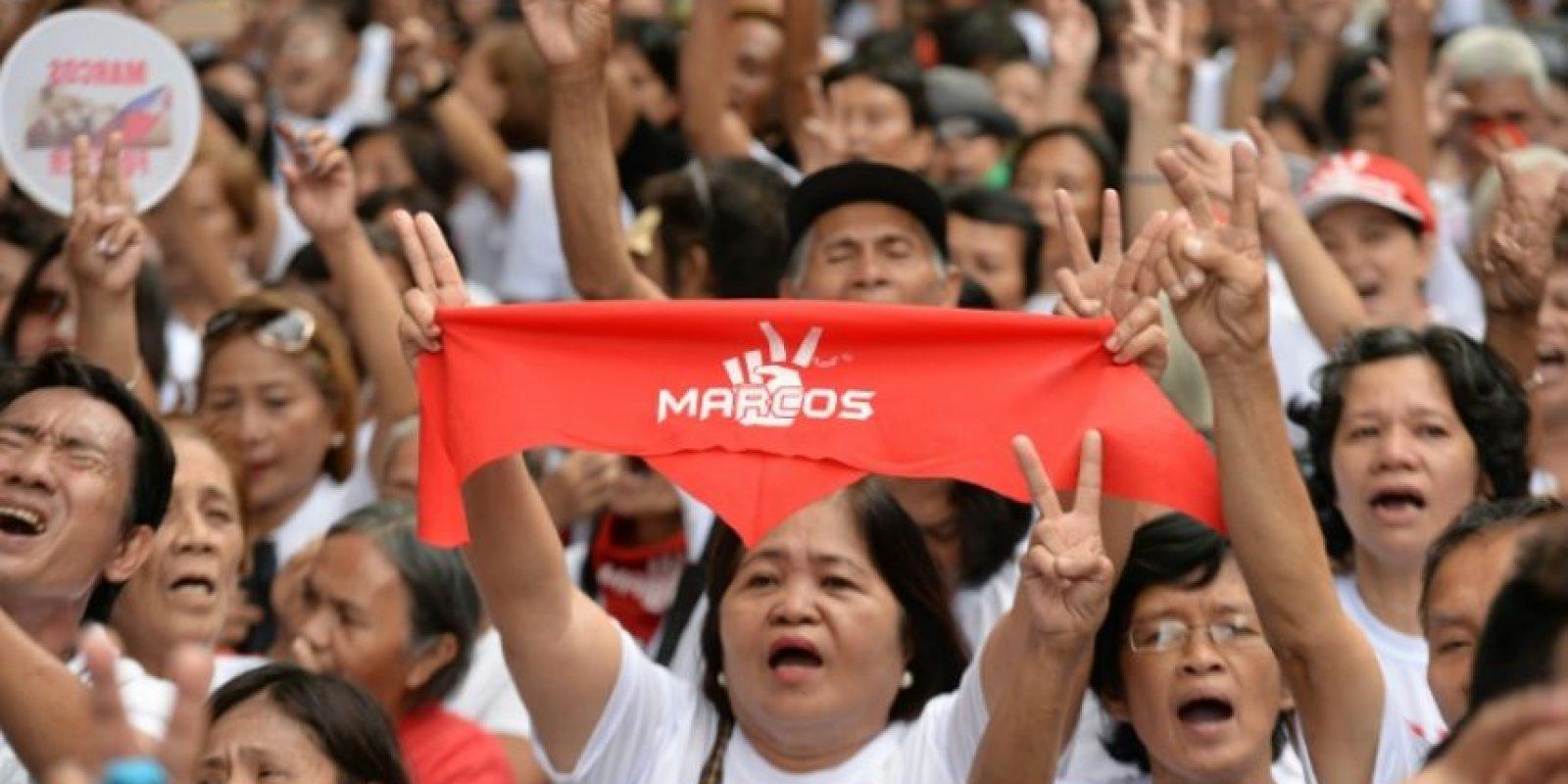 Seguidores de Ferdinand Marcos celebran la decisión judicial frente a la sede de la Corte Suprema de Filipinas, este martes 8 de noviembre en Manila Foto:Ted Aljibe/afp.com