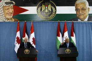 El presidente palestino Mahmoud Abbas (D) y el gobernador general de Canadá David Johnston en rueda de prensa conjunta el 4 de noviembre de 2016 con imagen de fondo del difunto líder palestino Yasser Arafat (Izq., atrás) tras una reunión en la ciudad cisjordana de Ramalá. Foto:ABBAS MOMANI/afp.com