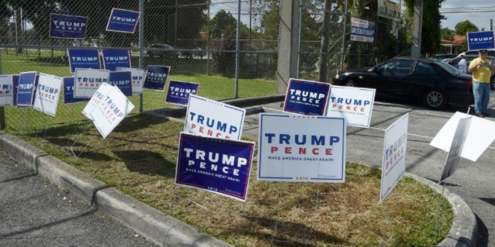 Unos carteles de la campaña del candidato republicano a la Casa Blanca, Donald Trump, colocados el 8 de noviembre de 2016 en Miami (Florida, EEUU) Foto:Rhona Wise/afp.com