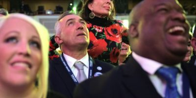 Unos partidarios del candidato republicano a la presidencia de EEUU, Donald Trump, ven por televisión una intervención del jefe de campaña de la dmócrata Hillary Clinton el 9 de noviembre de 2016 en un hotel de Nueva York Foto:Mandel Ngan/afp.com
