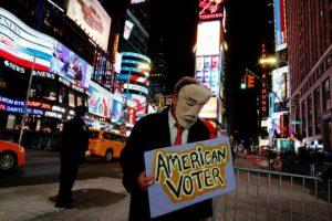 Un votante muestra su tristeza por la victoria del republicano donald Trump en las elecciones presidenciales en EEUU, el 9 de noviembre de 2016 en Times Square, en Nueva York Foto:Eduardo Muñoz Álvarez/afp.com
