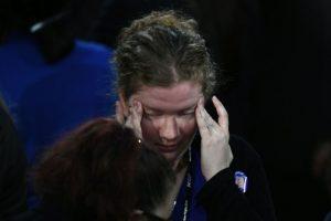 Una partidaria de la candidata demócrata a la presidencia de EEUU, Hillary Clinton, llora durante la noche electoral el 9 de noviembre de 2016 en un hotel en Nueva York Foto:Jewel Samad/afp.com