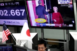 Un monitor en una empresa de cambio de divisas extranjeras de Tokio muestra al presidente de EEUU, Barack Obama, y a la candidata demócrata Hillary Clinton, el 9 de noviembre de 2016 Foto:Behrouz Mehri/afp.com