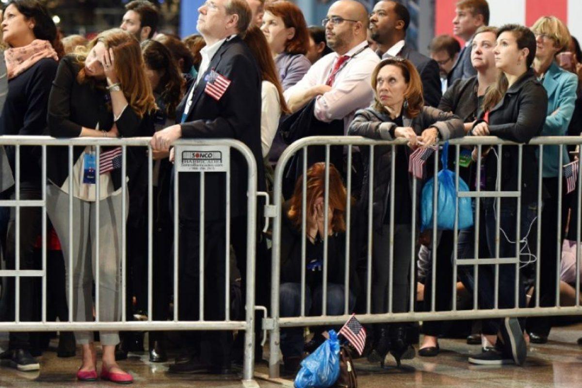 Una partidaria de la candidata demócrata a la presidencia de EEUU, Hillary Clinton, reacciona a los resultados electorales el 8 de noviembre de 2016 en el Centro de Convenciones Jacob K. Javits de Nueva York Foto:Don Emmert/afp.com