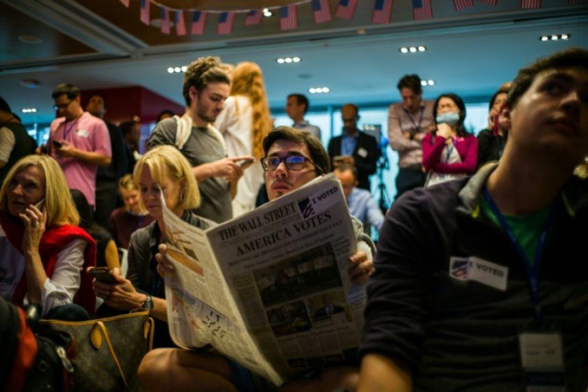 Unos voluntarios de la Cámara Americana de Comercio siguen la cobertura en directo de las elecciones en EEUU, el 9 de noviembre de 2016 en Hong Kong Foto:Anthony Wallace/afp.com