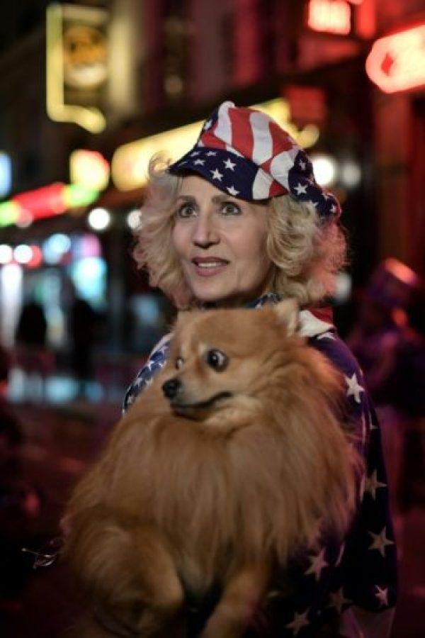 Una mujer con los colores de la bandera de Estados Unidos en la entrada del Harry´s Bar el 8 de noviembre de 2016 Foto:Phillipe Lopez/afp.com