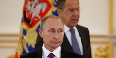 El presidente de Rusia, Vladimir Putin, y su ministro de Relaciones Exteriores, Sergei Lavrov (d), en una ceremonia para la entrega de credenciales diplomáticas, el 9 de noviembre de 2016 en Moscú Foto:Sergei Karpukhin/afp.com