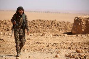 Un miembro de las Fuerzas Democráticas Sirias (FDS)en Ain Issa, unos 50 km al norte de Raqa, en Siria Foto:Delil Souleiman/afp.com