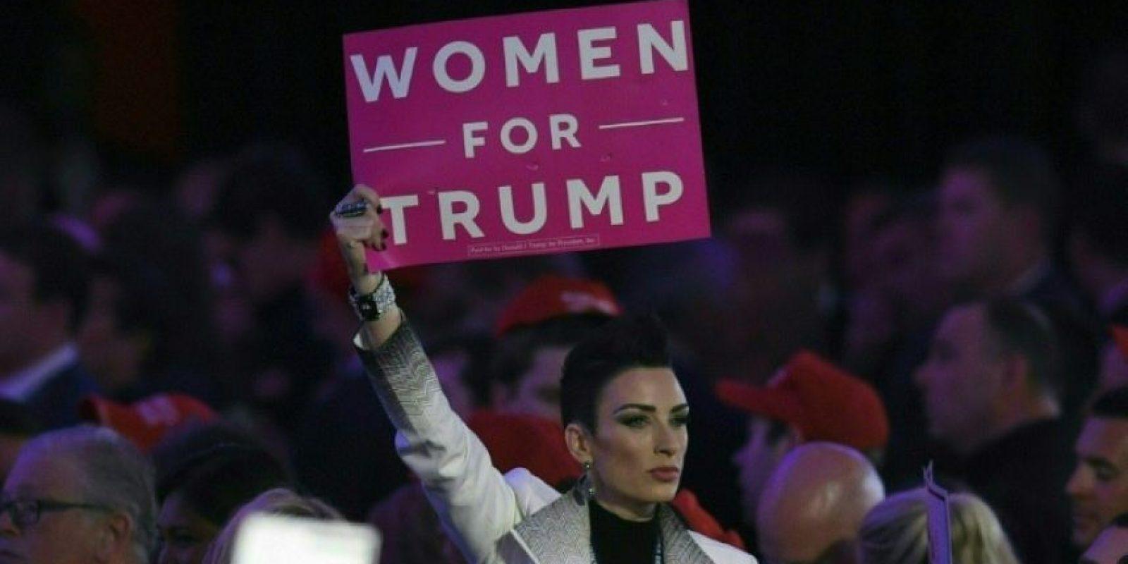 Una partidaria del candidato republicano a la presidencia de EEUU, Donald Trump, alza un cartel durante la noche electoral del 9 de noviembre de 2016 en un hotel de Nueva York Foto:Timothy A. Clary/afp.com