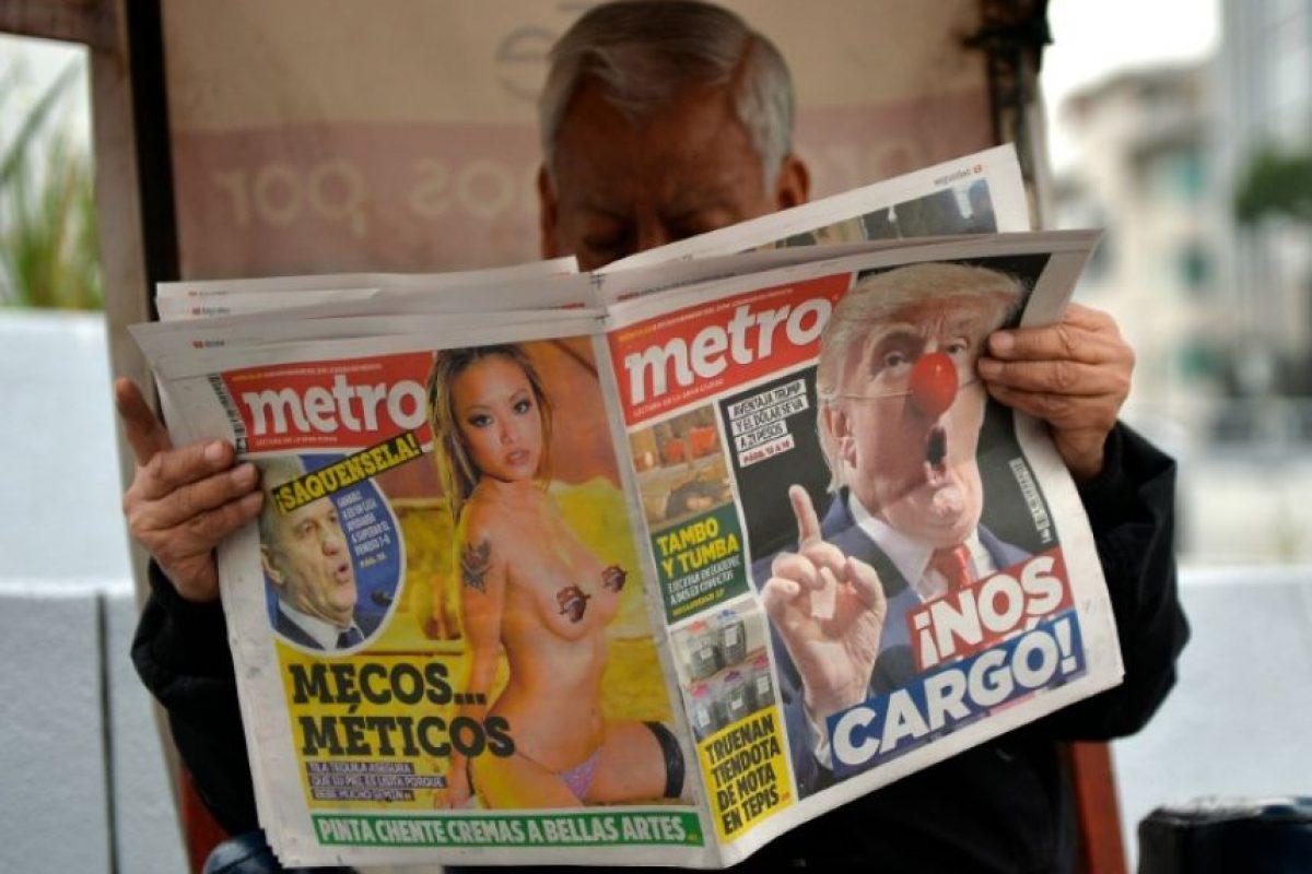 Un hombre lee el diario, el 9 de noviembre de 2016 en Ciudad de México Foto:Pedro Pardo/afp.com