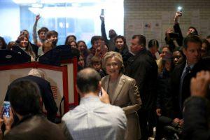 La candidata demócrata Hillay Clinton vota en un centro electoral en una escuela el 8 de noviembre de 2016 en Nueva York Foto:Justin Sullivan/afp.com
