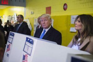 El candidato republicano Donald Trump y su esposa Melania votan en un centro electoral el 8 de noviembre de 2016 en Nueva York Foto:Mandel Ngan/afp.com