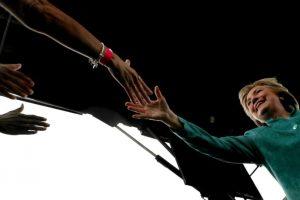 La candidata demócrata Hillary Clinton saluda a uno de su partidarios durante un acto de campaña el 5 de noviembre de 2016 en Pembroke Pines Foto:Justin Sullivan/afp.com