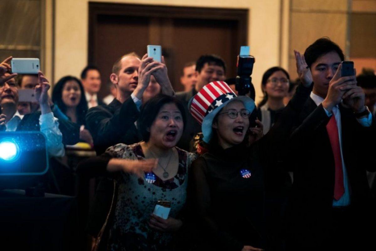 Un grupo de personas espera los resultados de las elecciones en EEUU, el 9 de noviembre de 2016 en el Consulado de EEUU en Shanghái Foto:Johannes Eisele/afp.com