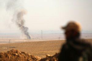 Una columna de humo vista desde una posición de las Fuerzas Democráticas Sirias, una alianza kurdo-árabe apoyada por EEUU, cerca de Ain Issa, al norte de Raqa, el 7 de noviembre de 2016 Foto:Delil Souleiman/afp.com