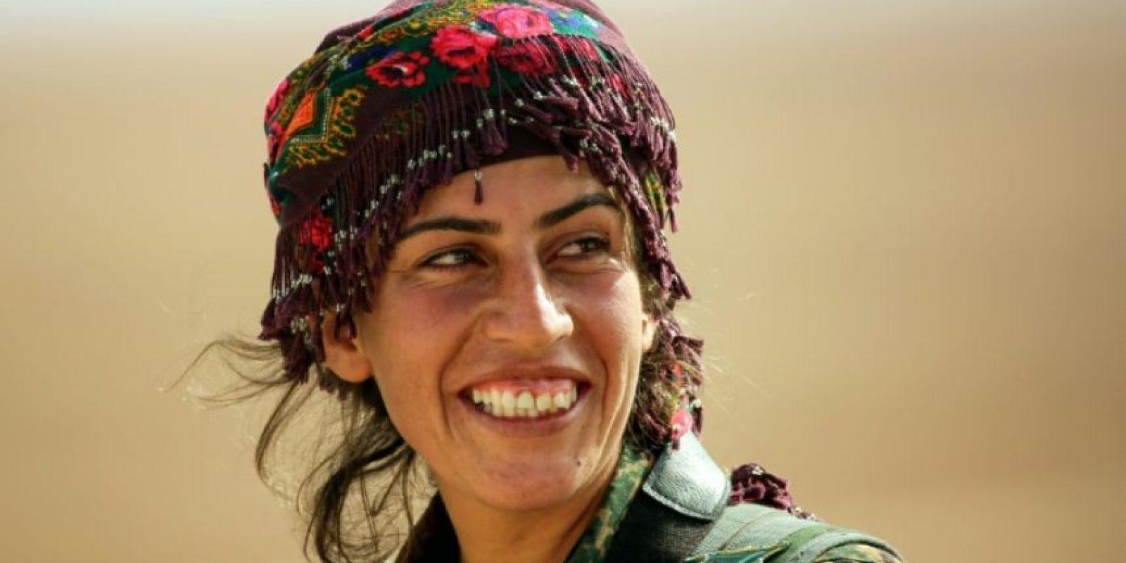 Shirin, combatiente de 25 años, sonríe desde la azotea de un edificio en Mazraat Jaled, a 40 kilómetros de Raqa, capital de facto del grupo yihadista EI, el 9 de noviembre de 2016 Foto:Delil Souleiman/afp.com