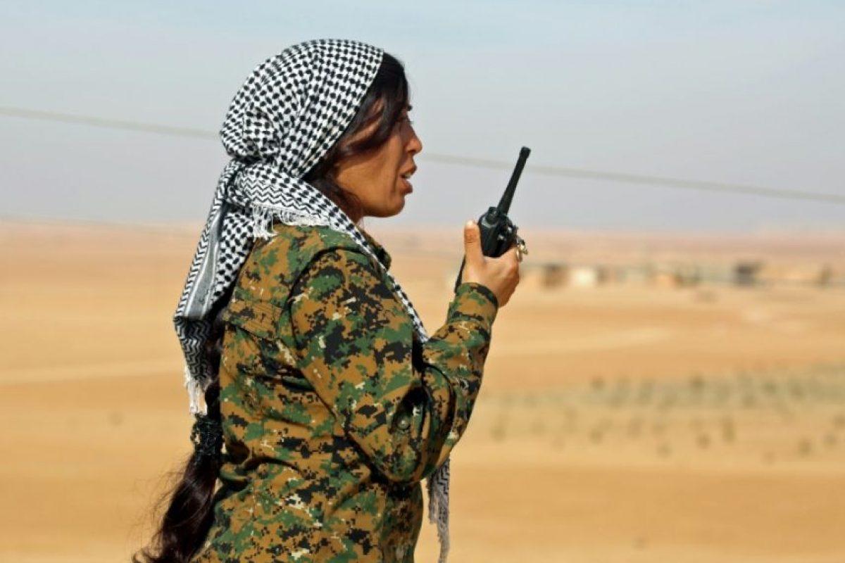 Rojda Felat, comandante de la sección femenina de la Unidad de Protección Popular (YPJ), transmite órdenes a sus subordinados desde el pueblo de Mazraat Jaled, el 9 de noviembre de 2016 Foto:Delil Souleiman/afp.com